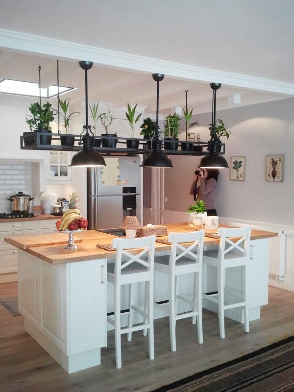 Biała kuchnia z wyspą  Architektura, wnętrza, technologia