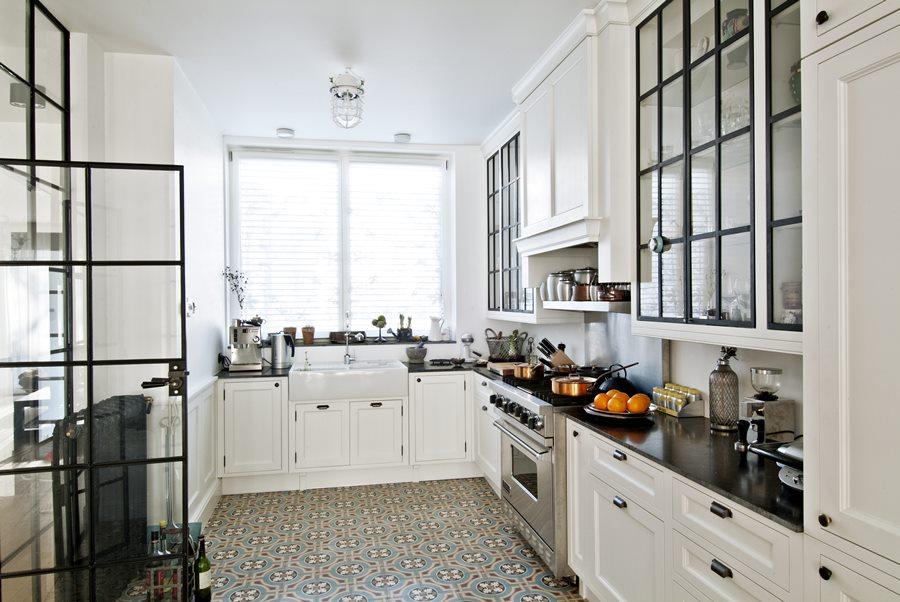 Biała klasyczna kuchnia z przeszkleniem  HomeSquare -> Castorama Kuchnia City Biala