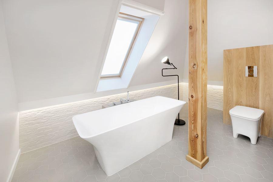 Wąska łazienka na poddaszu - Inspiracja - HomeSquare