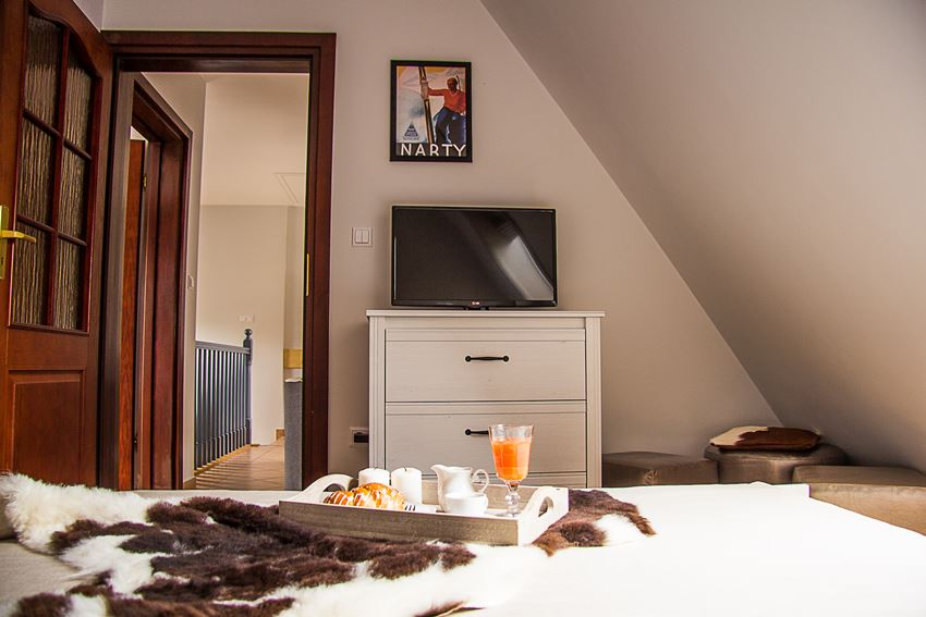 Biała sypialnia na poddaszu - Architektura, wnętrza, technologia, design - HomeSquare