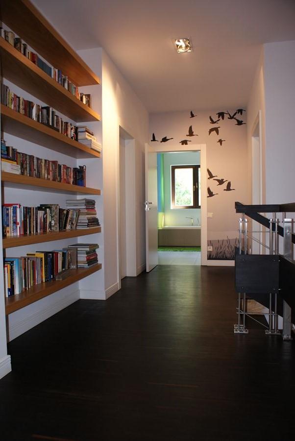 Bia o br zowy przedpok j z motywem ptak w architektura for Biblioteczka w salonie