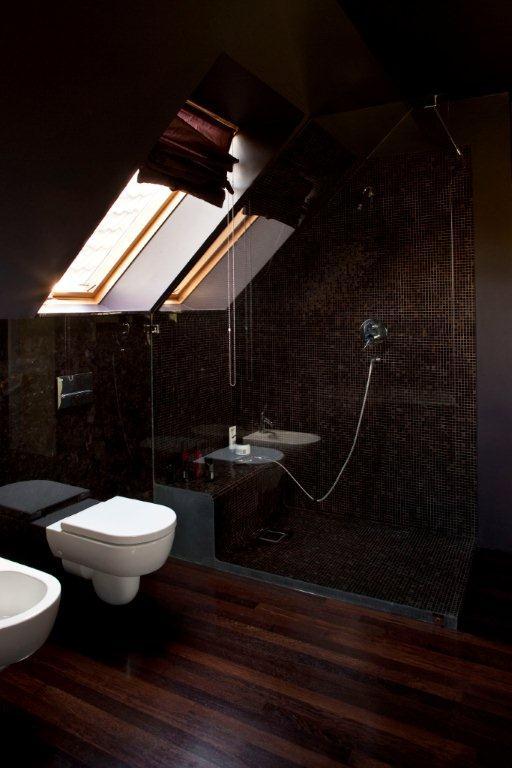design ideas attic bedroom - Ciemna łazienka na poddaszu Architektura wnętrza