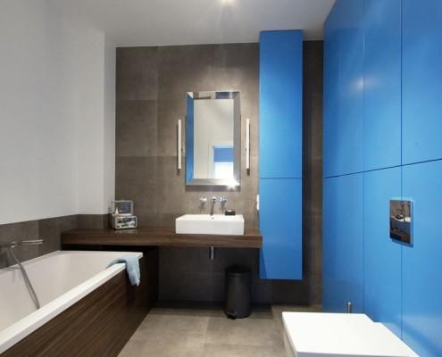 Niebiesko-szara łazienka