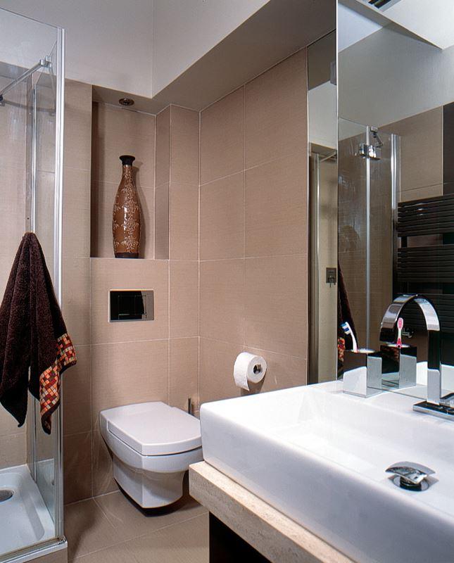 Mała łazienka z wanną i prysznicem - Architektura, wnętrza, technologia, design - HomeSquare