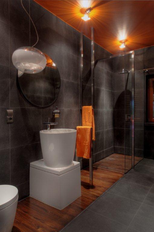 Pomarańczowo-szara łazienka - HomeSquare