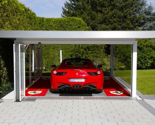 Nowoczesny garaż z przeszkleniem