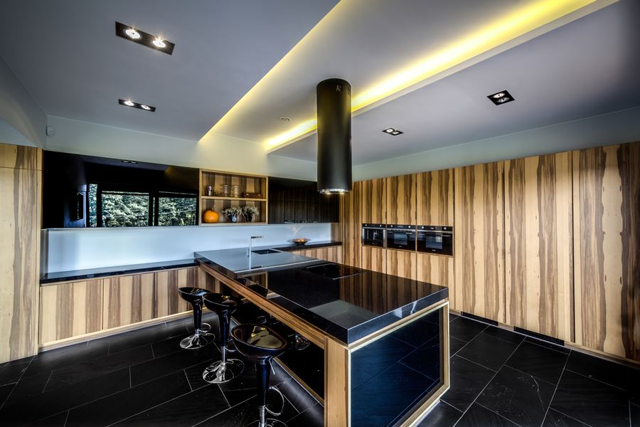 Brązowo czarna kuchnia z wyspą  Architektura, wnętrza