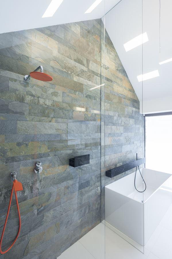 Jasny pokój kąpielowy na poddaszu - Architektura, wnętrza, technologia, design - HomeSquare
