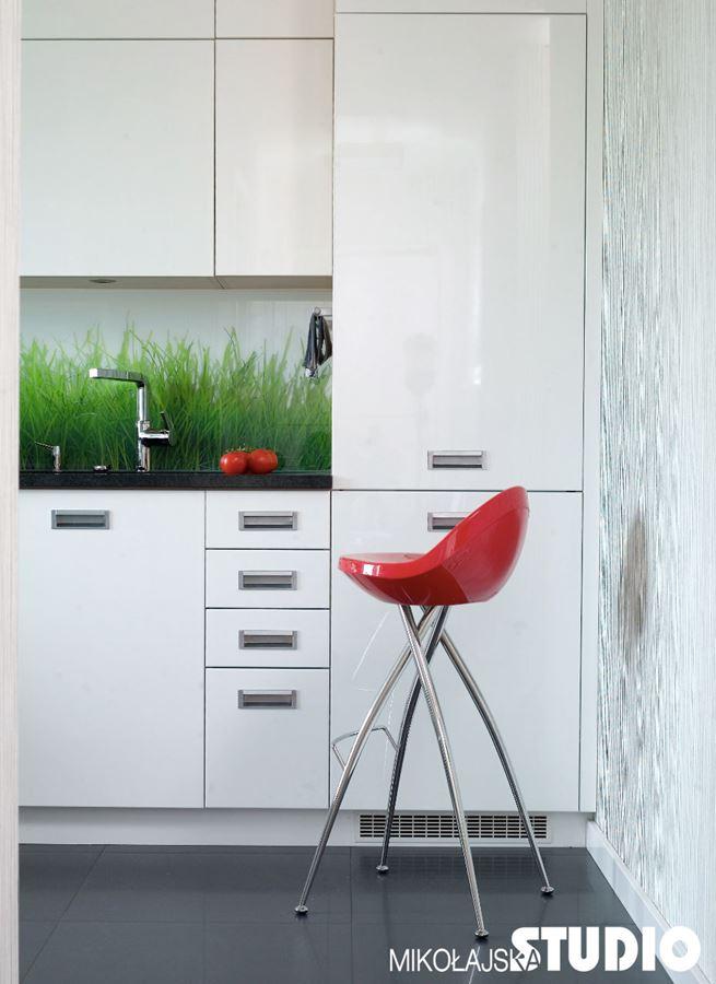 Aranżacja wąskiej kuchni w bieli  Architektura, wnętrza   -> Kuchnia Wysoki Sufit