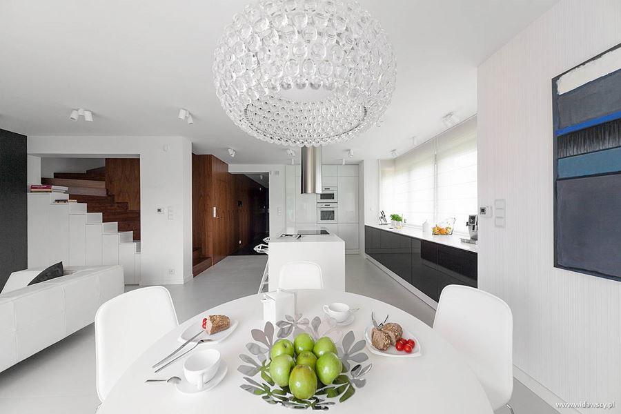 Nowoczesna kuchnia z salonem w bieli inspiracja homesquare for Casas minimalistas modernas interiores