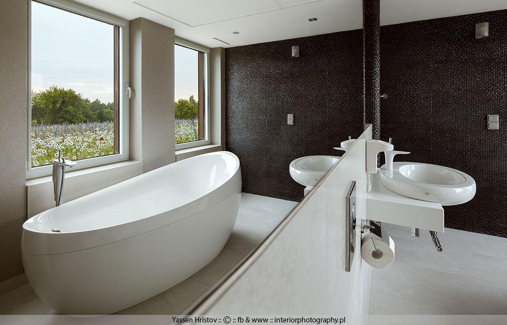 Łazienka z dużym oknem - Architektura, wnętrza, technologia, design - HomeSquare
