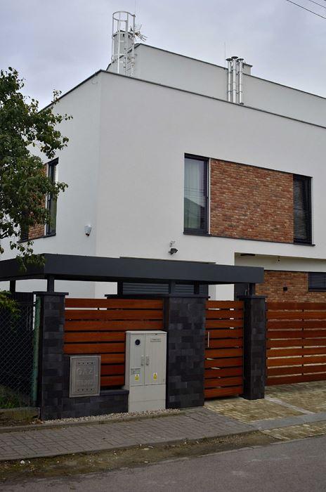 Akcenty z czerownej cegły na fasadzie