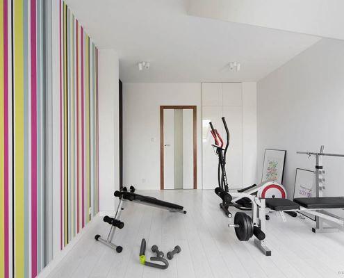 Jasna siłownia z kolorowym motywem