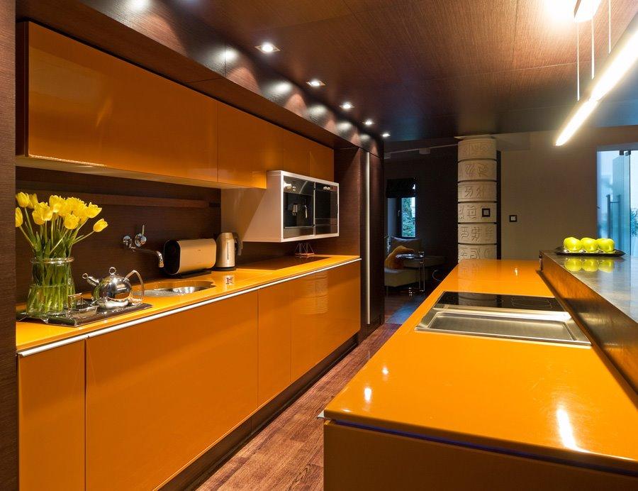 Drewniane panele na suficie - jak urządzić kuchnię