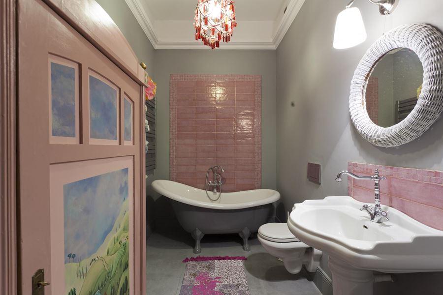Pastelowy róż w prowansalskiej łazience