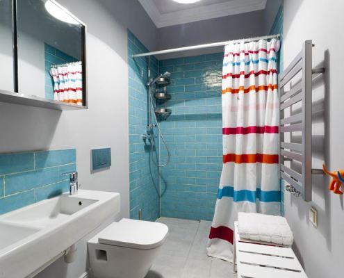 Łazienka vintage w błękitnych kaflach