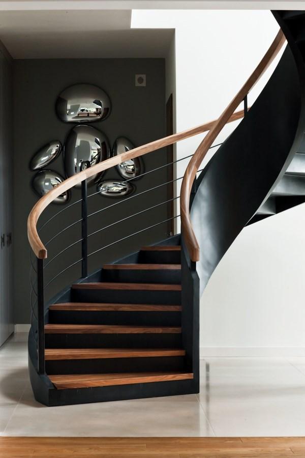 Spiralne schody z drewna i giętej blachy