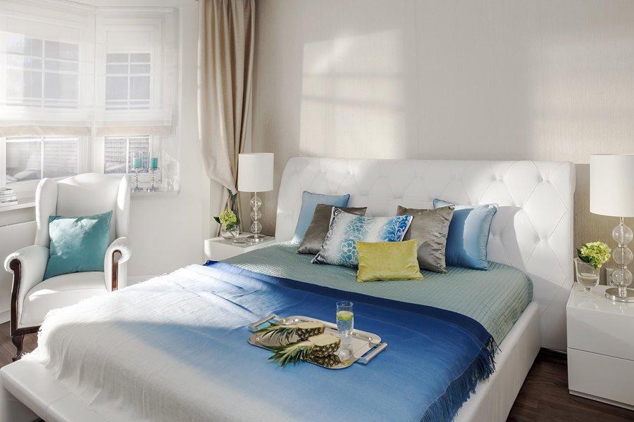 Biało-niebieska sypialnia - poduchy i poduszki