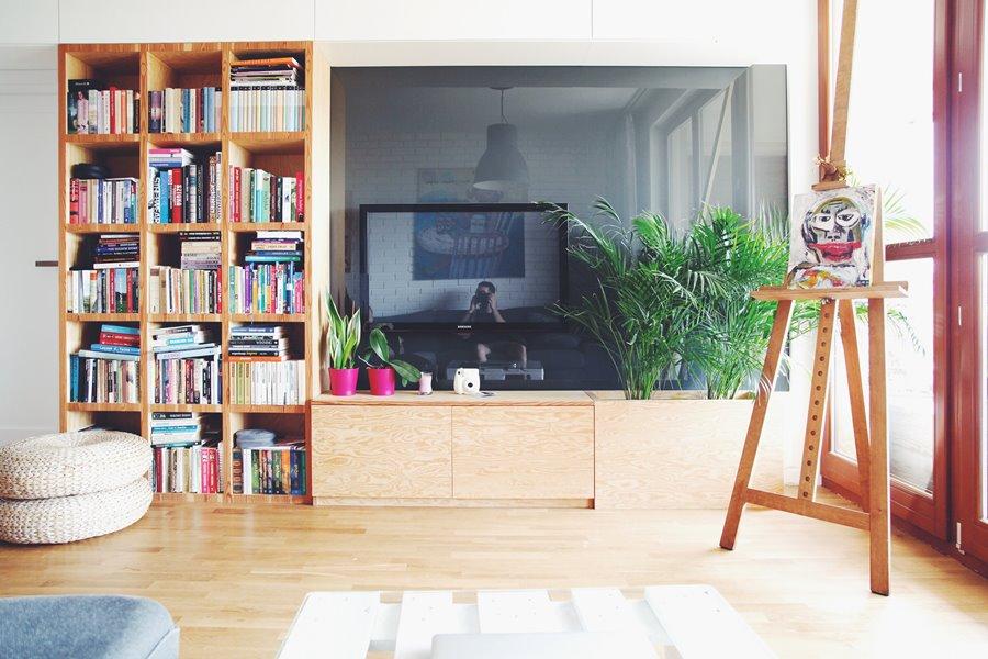 Szaro-brązowy salon - donice wewnętrzne w mieszkaniu