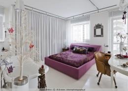 Sypialnia otarta na łazienkę i salon