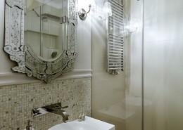 Oryginalne lustro w łazience z prysznicem
