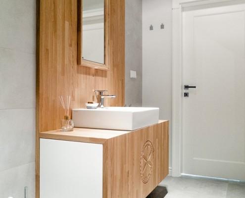 Nowoczesna łazienka w szarościach i jasnym drewnie
