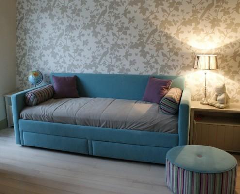Beżowy pokój dziecięcy z kolorowym akcentem Lush Design