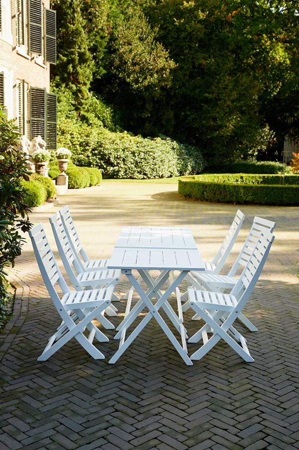 Oryginalny stół w ogrodzie