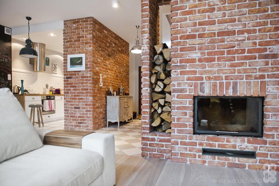 Ceglany kominek w pokoju dziennym - Ściana z cegły