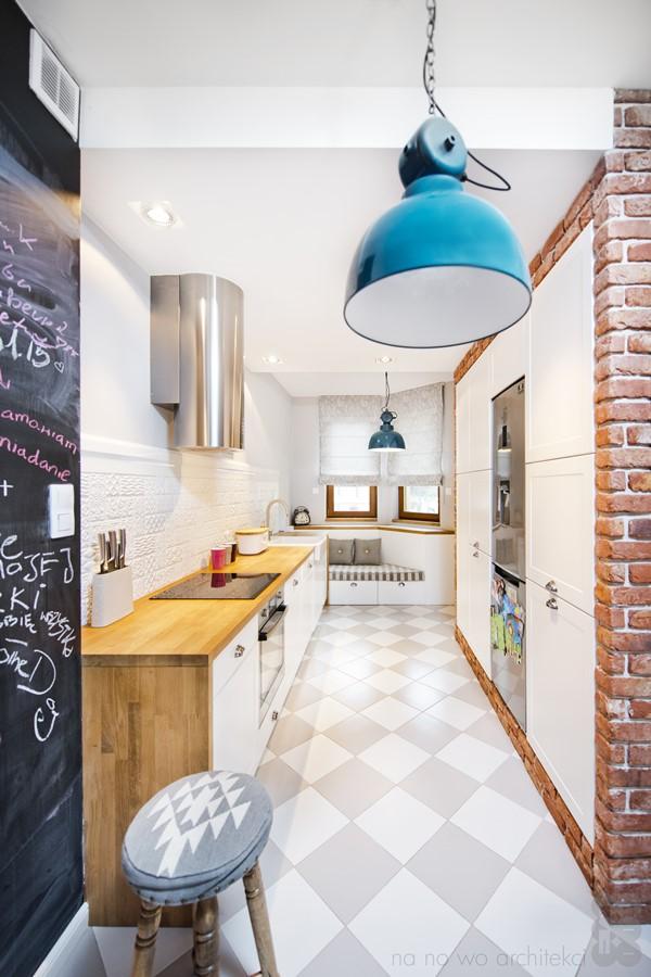 Eklektyczna kuchnia otwarta na salon i jadalnię