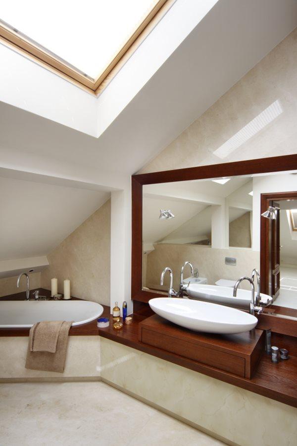 Wygodne łazienki na poddaszu – inspirujące pomysły i dodatki - Architektura, wnętrza ...