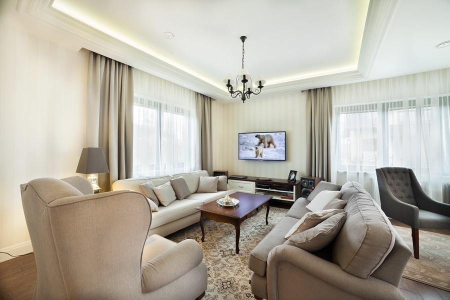 Kącik telewizyjny w klasycznym stylu - aranżacje pokoju dziennego
