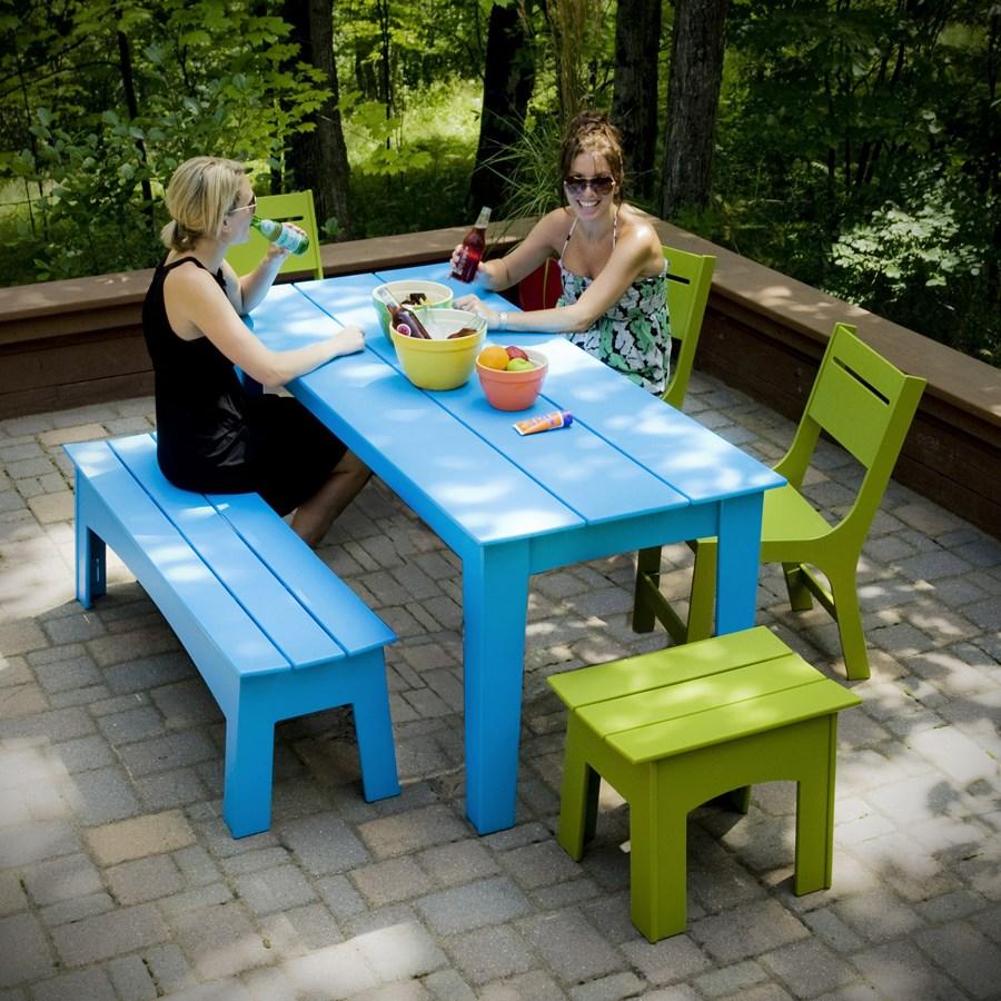 Niebieski stół w ogrodzie
