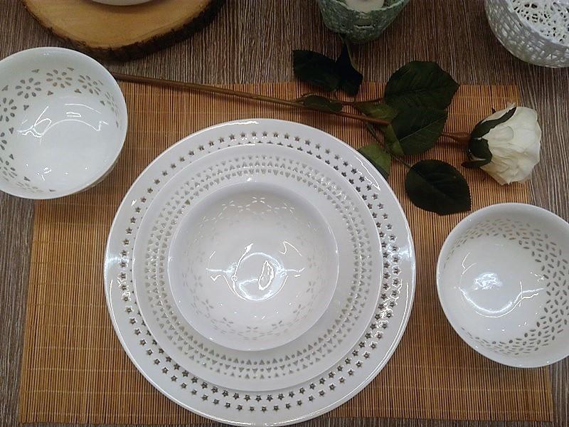 Modne nakrycie stołu z białą porcelaną