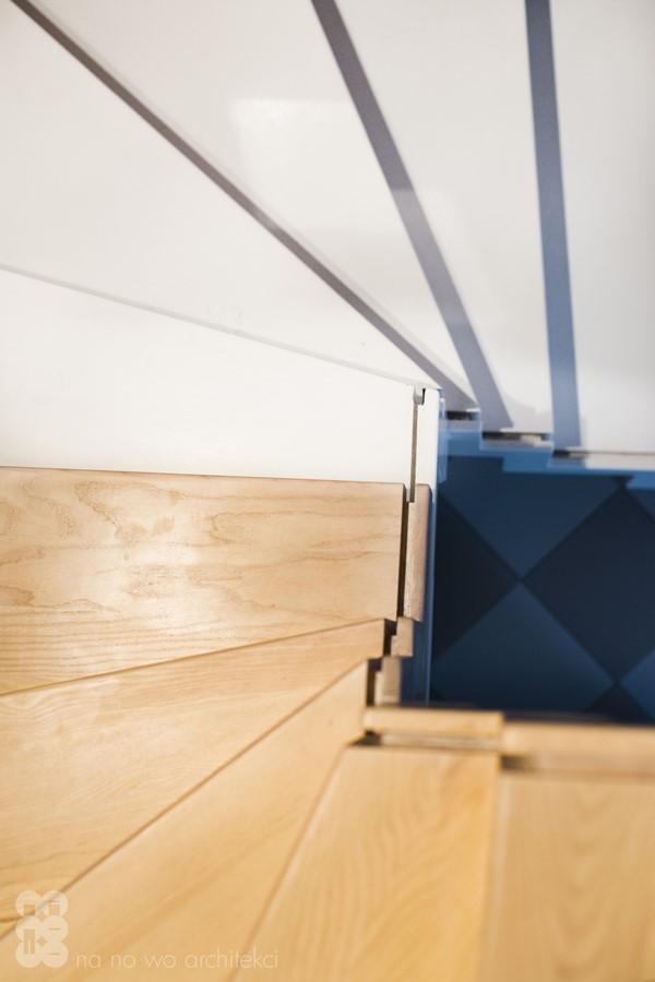 Nowoczesne schody bez poręczy z drewna