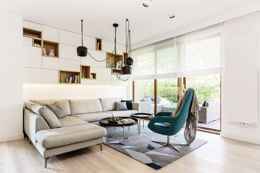 Nowoczesny pokój dzienny z wyjściem na ogród - dywan w salonie