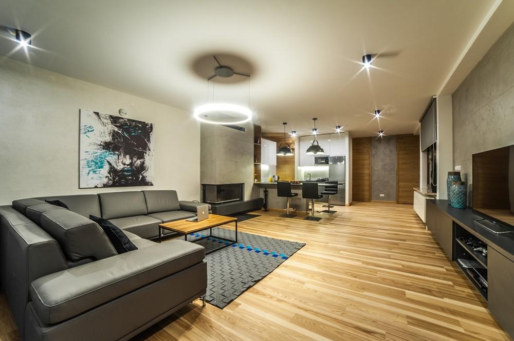 pod�ogi z jasnego drewna w salonie i kuchni inspiracja