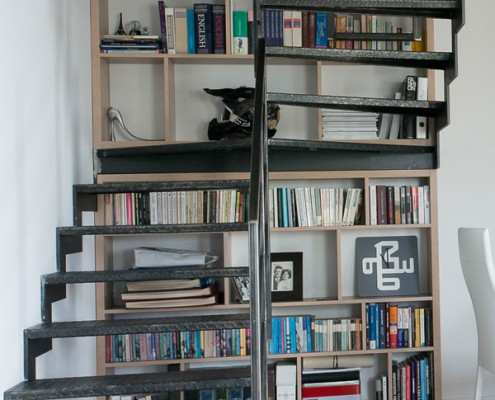 Ścienny regał z książkami w domu