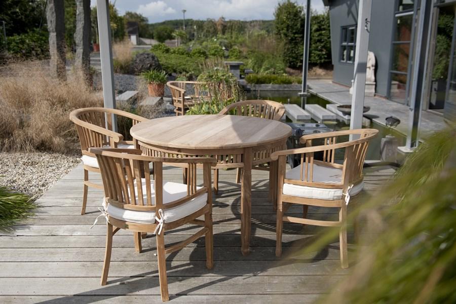 Stylowy stół w ogrodzie