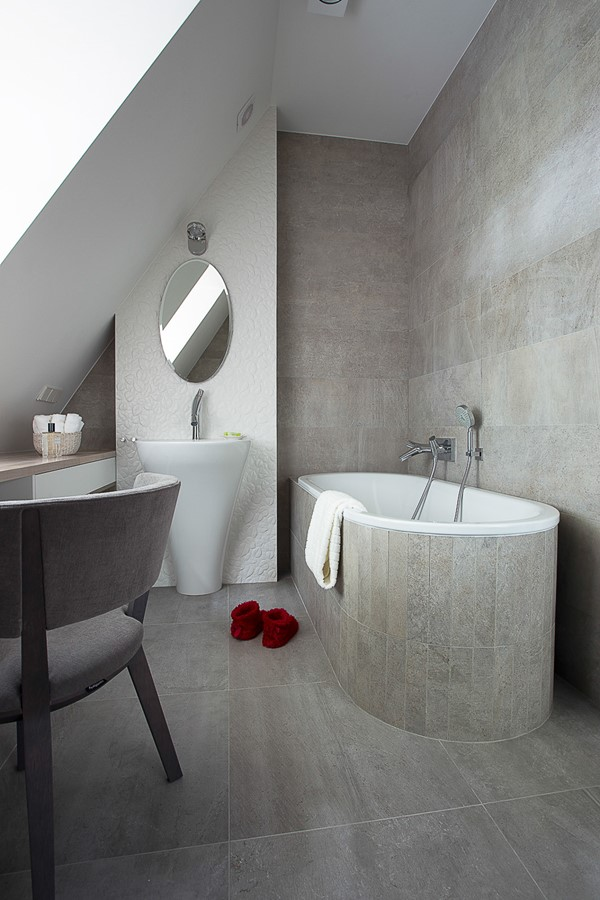Nowoczesna szara łazienka na poddaszu