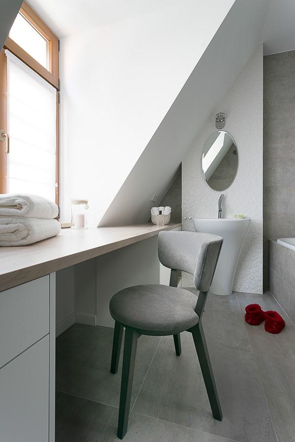 Toaletka w małej łazience w nowoczesnym stylu