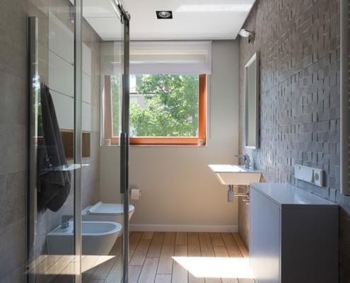 Nowoczesna wąska łazienka w drewnie i kamieniu