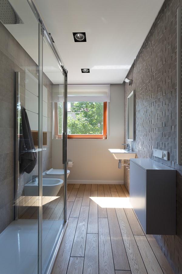 Wąska łazienka w drewnie i kamieniu - HomeSquare