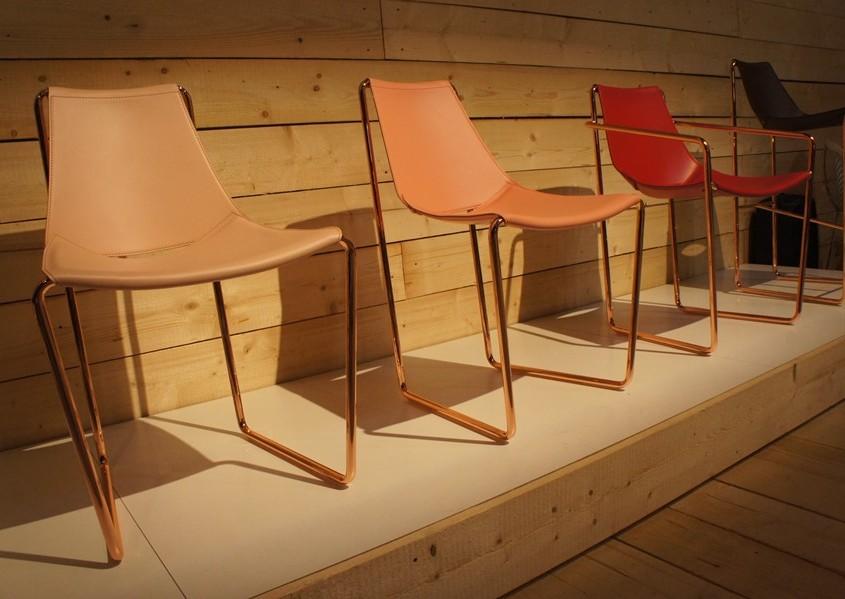 nowoczesne krzesła na mosiężnych stelażach
