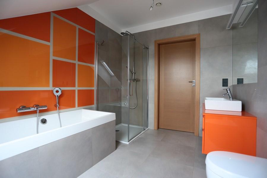 Nowoczesna łazienka na poddaszu z pomarańczowym akcentem