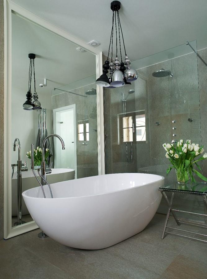 Nowoczesna łazienka z wygodną wanną i oprawionym lustrem