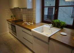 Aranżacja małej kuchni w eklektycznym stylu cegła i beton architektowniczny