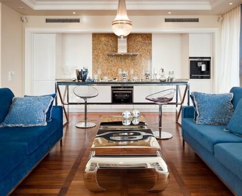 Aranżacja jasnego salonu z kuchnią w stylu modern classic
