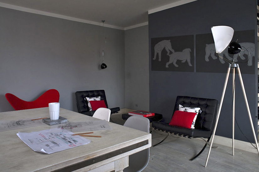 Czarne Barcelona Chair w salonie