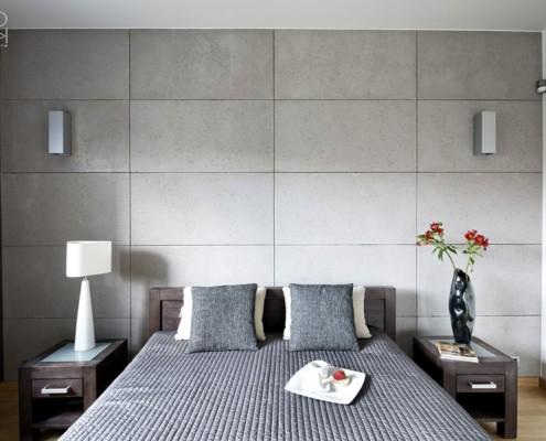 Beton dekoracyjny w nowoczesnej sypialni w szarościach